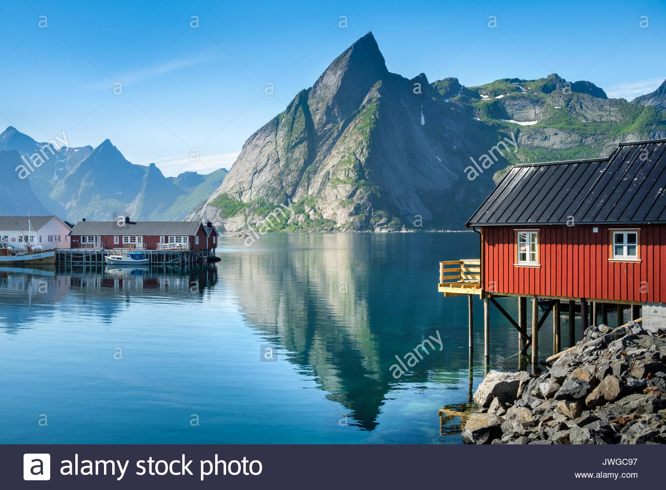 Vista panorámica desde la aldea idílica con montañas a brillante día de verano en Hamnoy, Lofoten, Noruega Imagen De Stock