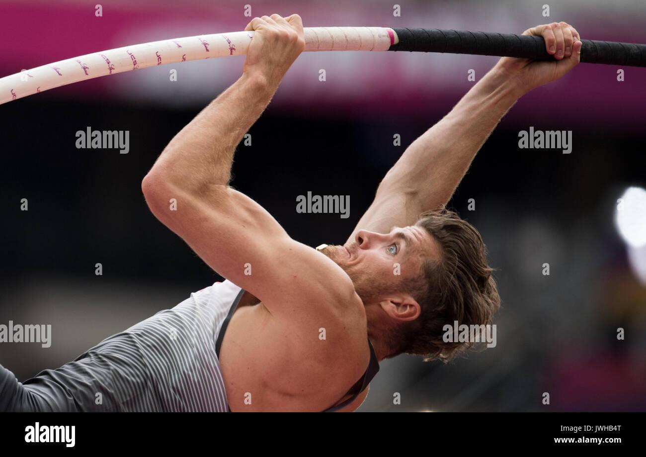 Londres, Reino Unido. 12 Aug, 2017. Atleta alemán Rico Freimuth compite en el hombre de salto con pértiga decathlon Foto de stock