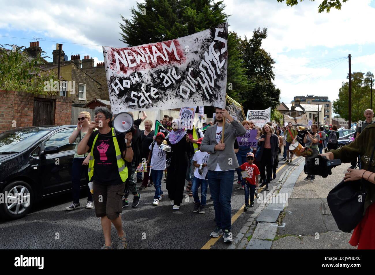 East London, Reino Unido. 12 Aug, 2017. Docenas de residentes de protesta en Londres contra la demolición del consejo Foto de stock
