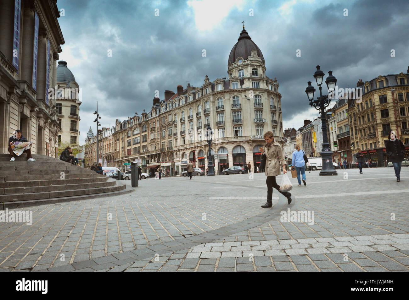 Los pasos de la Opéra de Lille es un gran lugar para descansar mientras se disfruta de las vistas del Viejo Lille. Imagen De Stock