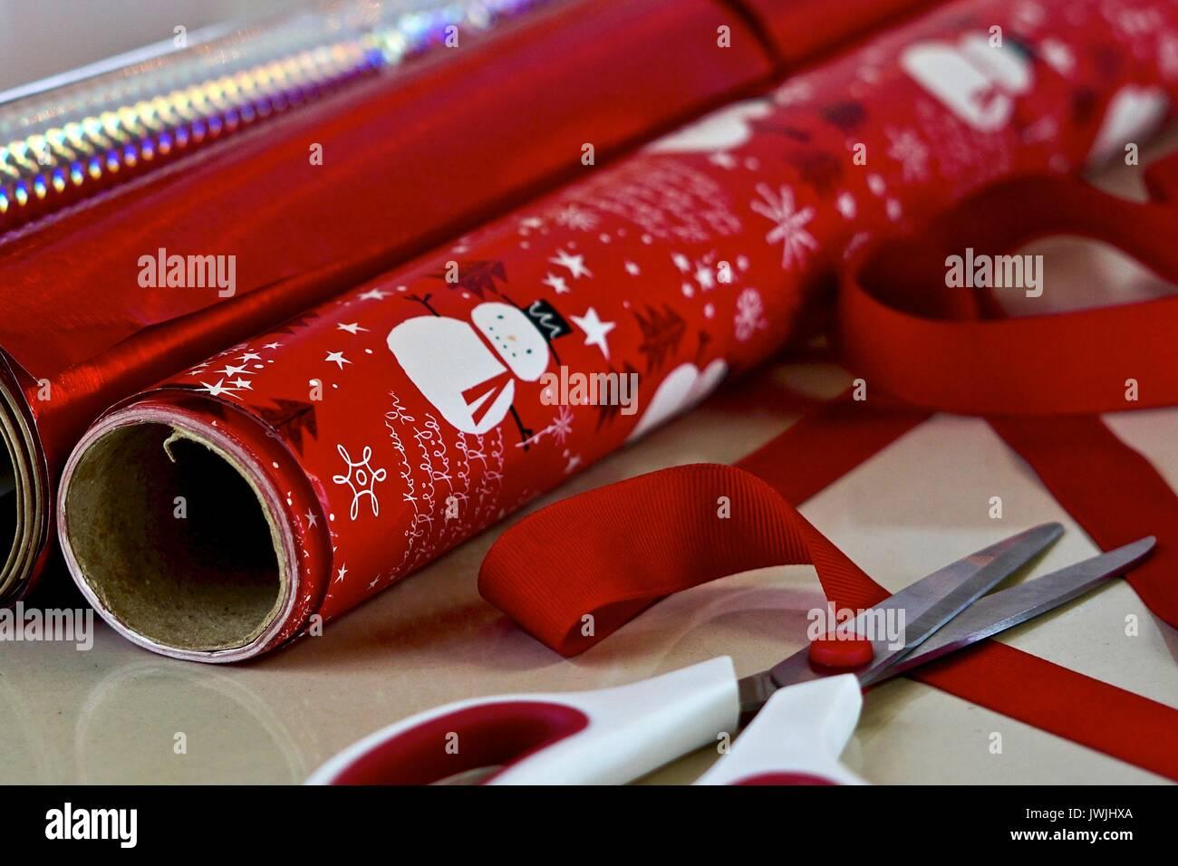 Rollos de papel de regalo de Navidad y tijeras Imagen De Stock