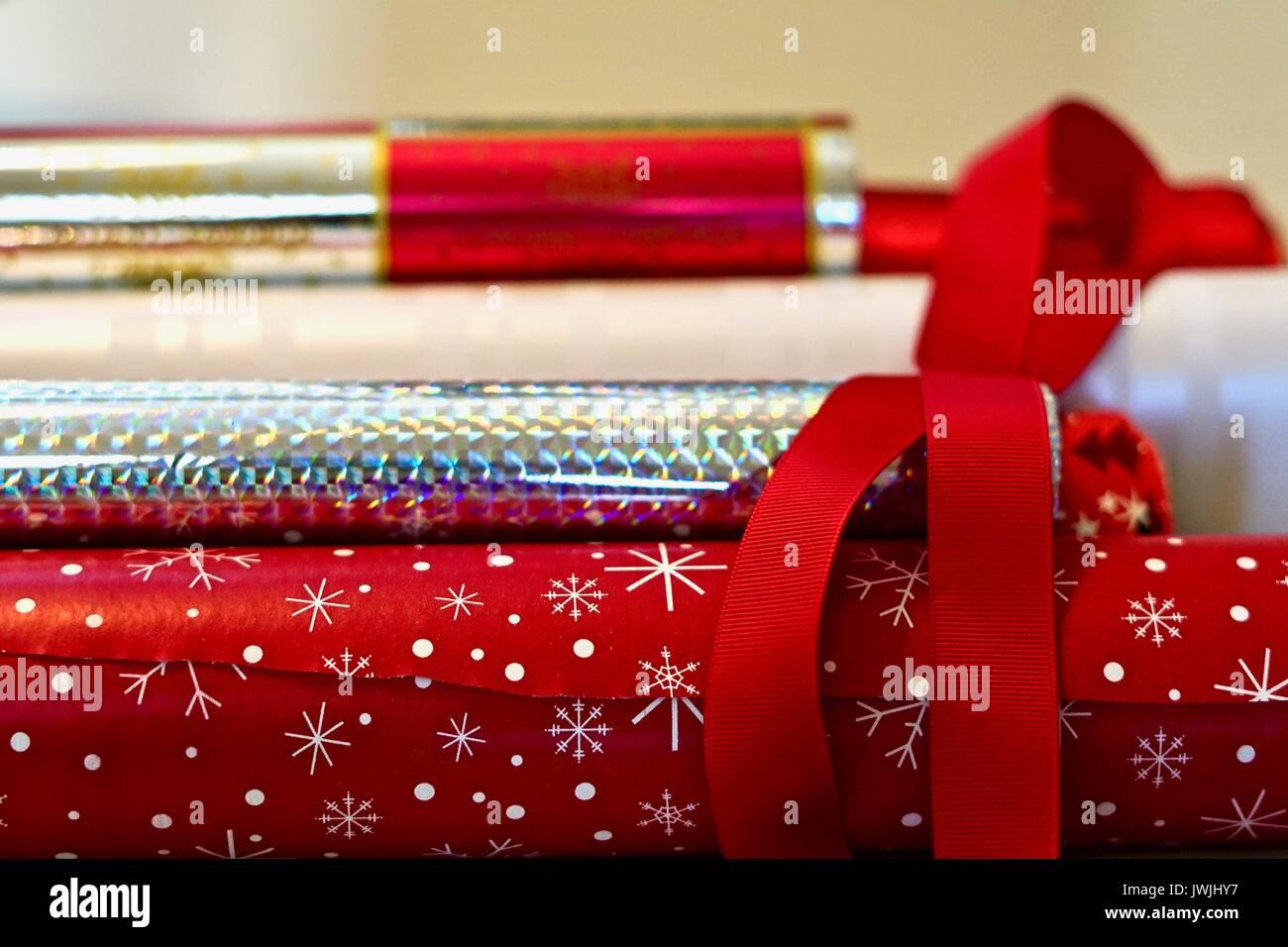 Montón horizontales de color rojo y plata rollos de papel enrollado Imagen De Stock