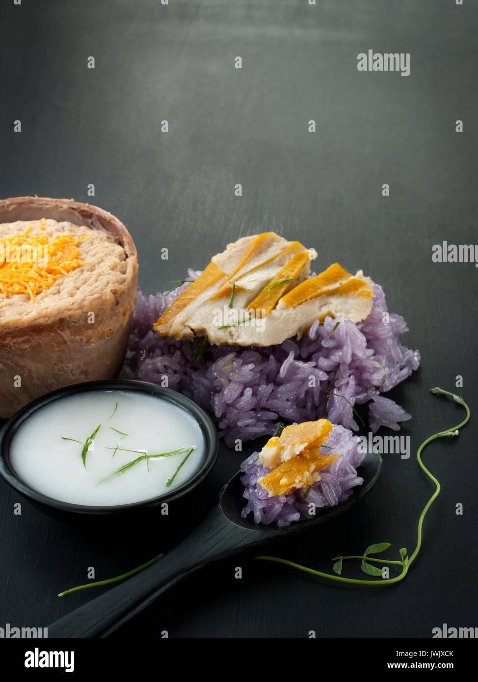 Guisante azul arroz pegajoso Thai flan con leche de coco postre tailandés comida asiática styling Foto de stock