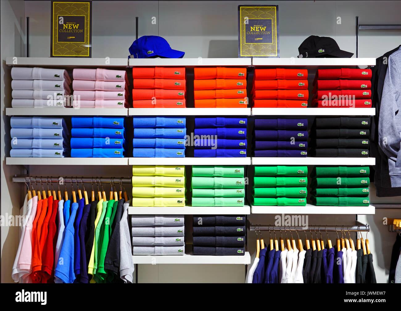 59d307be3fb40 Montones de coloridos Lacoste camisas Polo en las estanterías de las tiendas.  Lacoste es una compañía de ropa francés famoso por sus camisas de tenis.