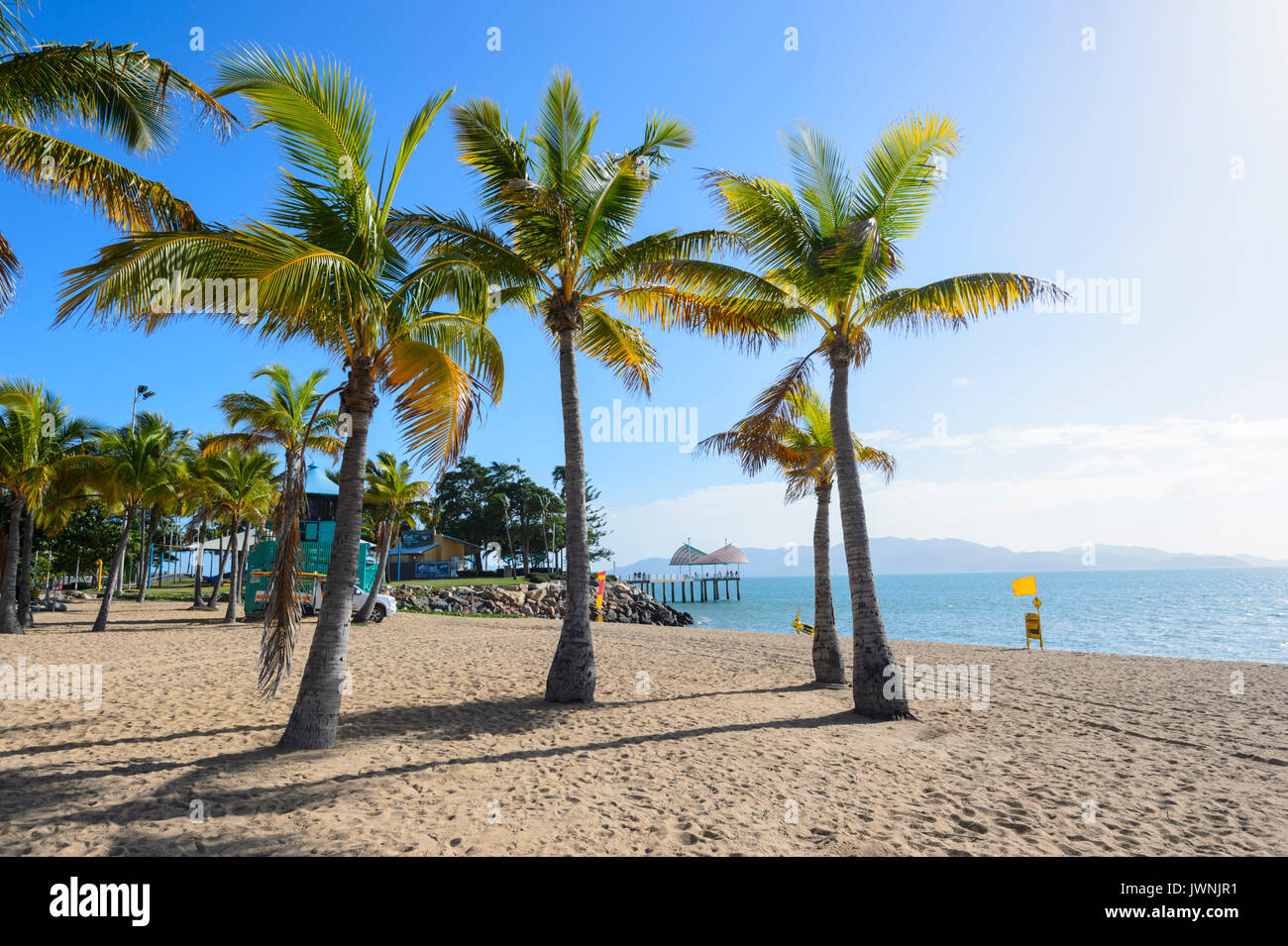 Pintoresca playa tropical con palmeras, Townsville, Queensland, Queensland, Australia Foto de stock