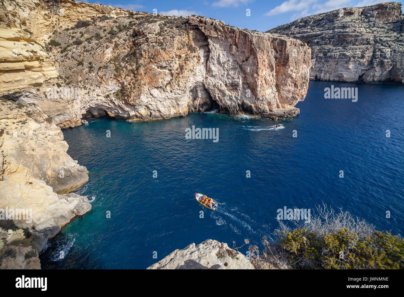 Viaje en barco alrededor de la Gruta Azul en Malta Imagen De Stock