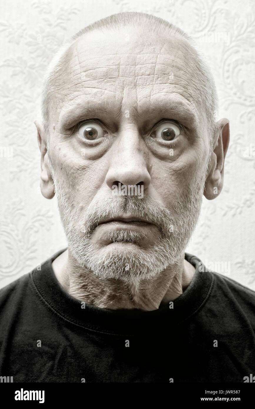 Miradas Vacias. Retrato-de-un-hombre-caucasico-y-enojado-sorprendio-con-una-mirada-penetrante-y-el-odio-en-los-ojos-jwr587