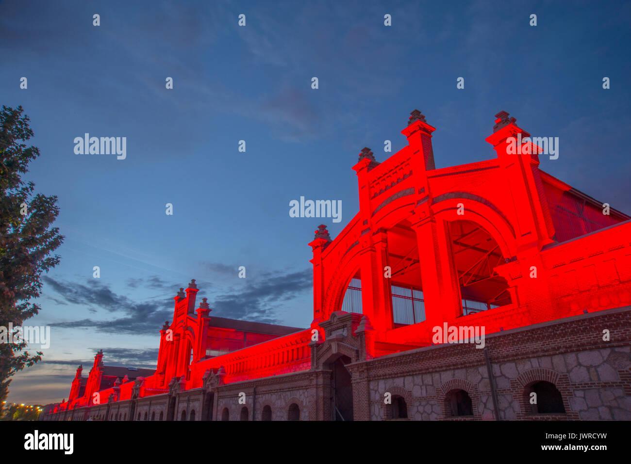 Matadero de edificios, la vista de noche. Arganzuela, Madrid, España. Foto de stock
