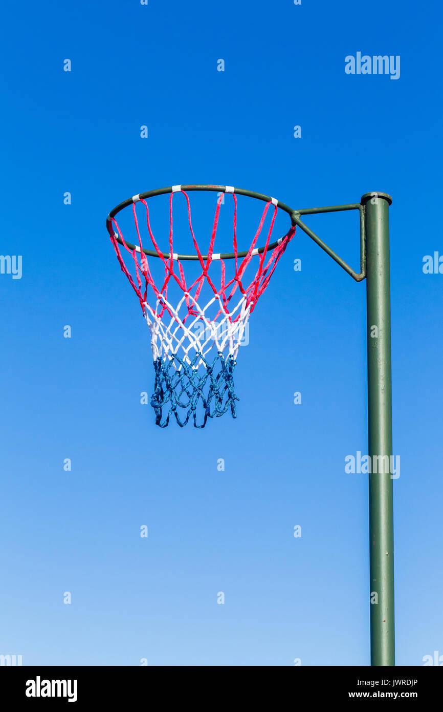 El balonvolea net polo aro exterior tribunal local. Imagen De Stock