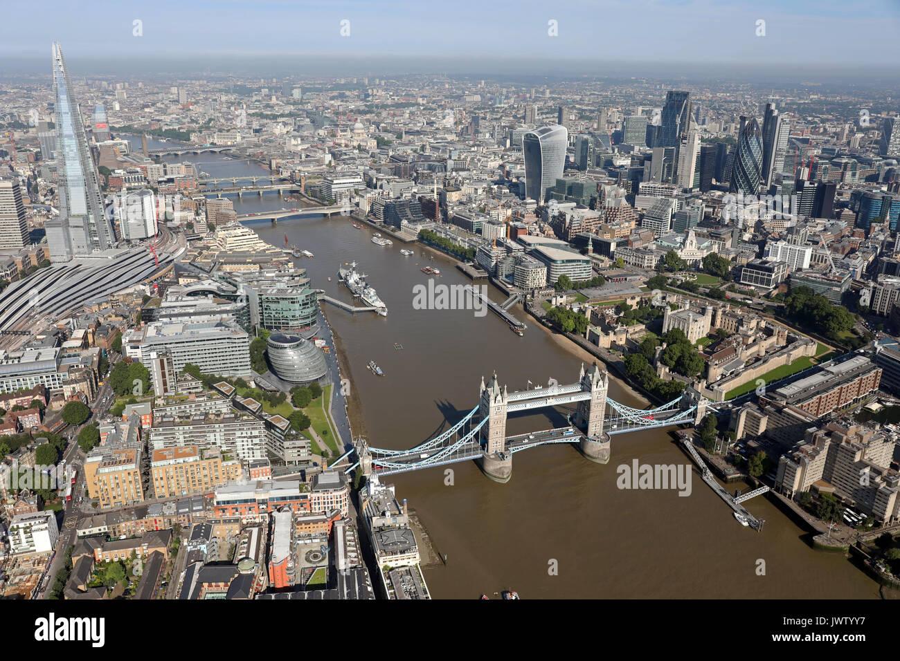 Vista aérea del puente de la torre, Shard, el Támesis, y la ciudad de Londres Foto de stock