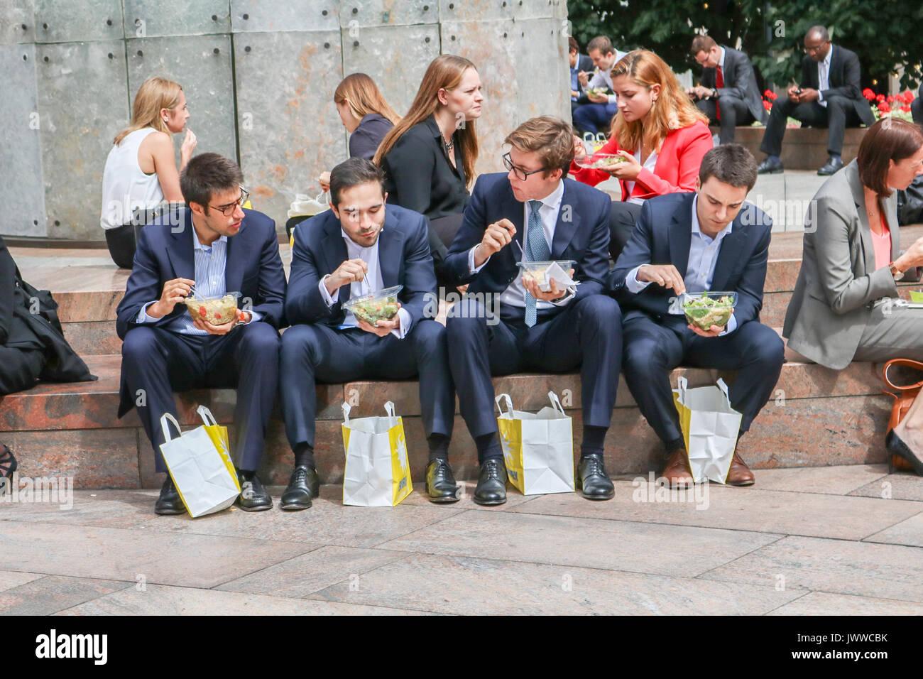 Londres, Reino Unido. El 14 de agosto de 2017. Los trabajadores de la ciudad, disfrutar de su almuerzo en el sol, en el distrito financiero de Canary Wharf Crédito: amer ghazzal/Alamy Live News Foto de stock