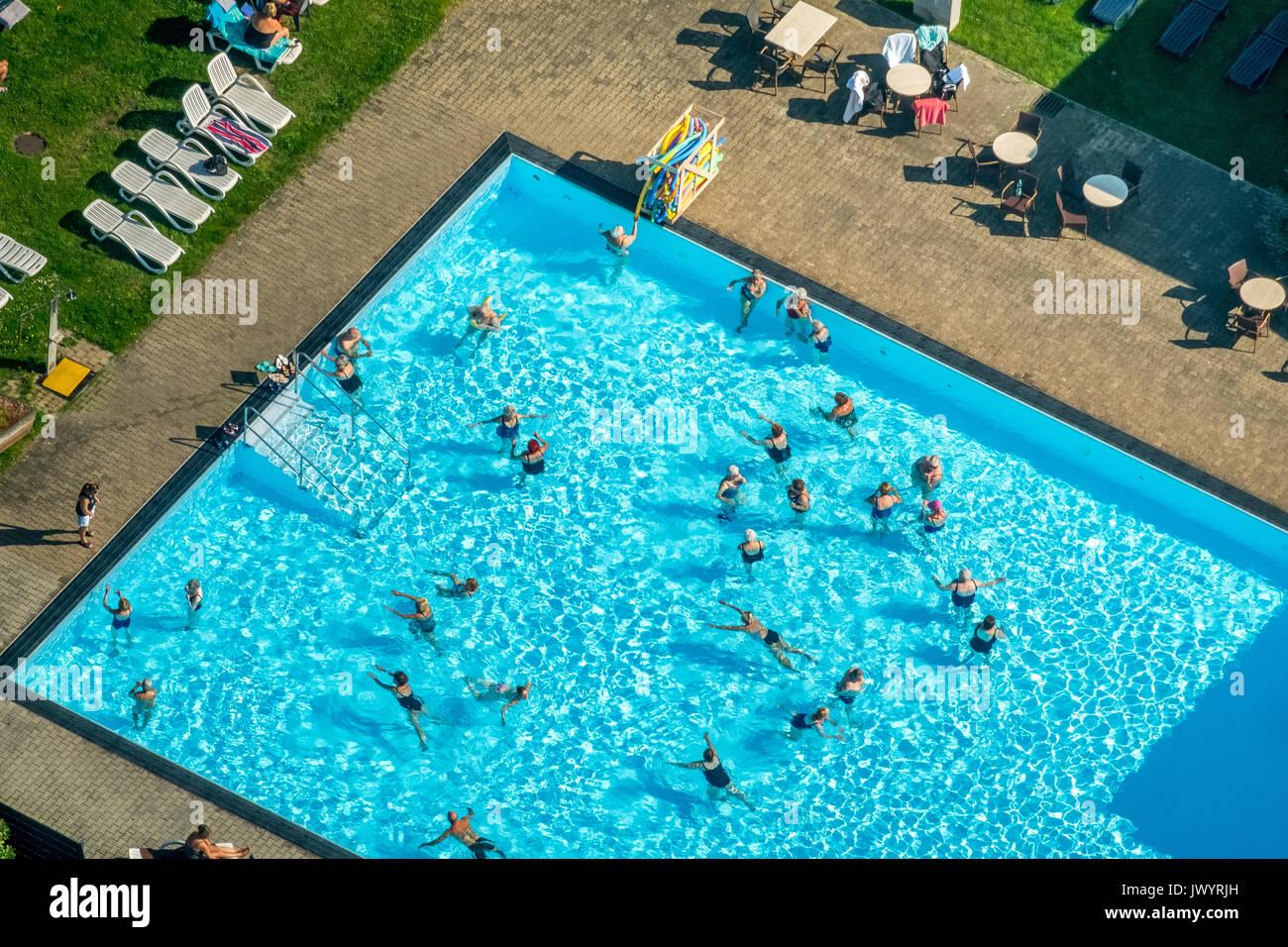 Área de piscina Vonderort, aeróbicos en el agua, agua azul, piscina, Oberhausen, área de Ruhr, Renania del Norte-Westfalia, Alemania, Europa, Vista aérea, un Imagen De Stock