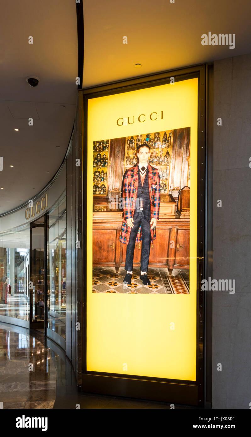Cartel iluminado de un modelo masculino fuera de Gucci en las tiendas de  Brookfield lugar cerca 0c34a6fcac2