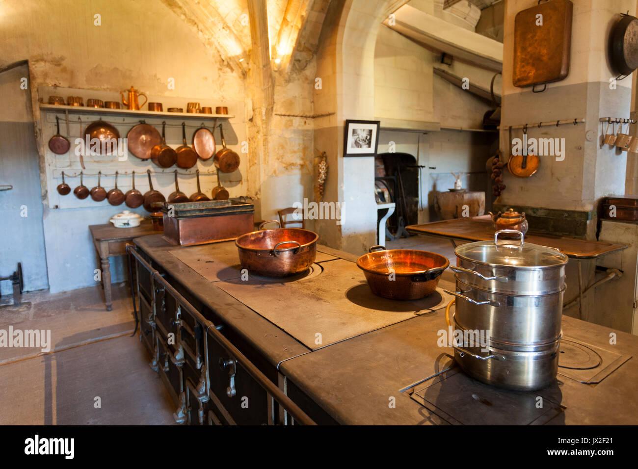 Cocina en el castillo de Le Lude, Sarthe, País del Loira, Francia ...