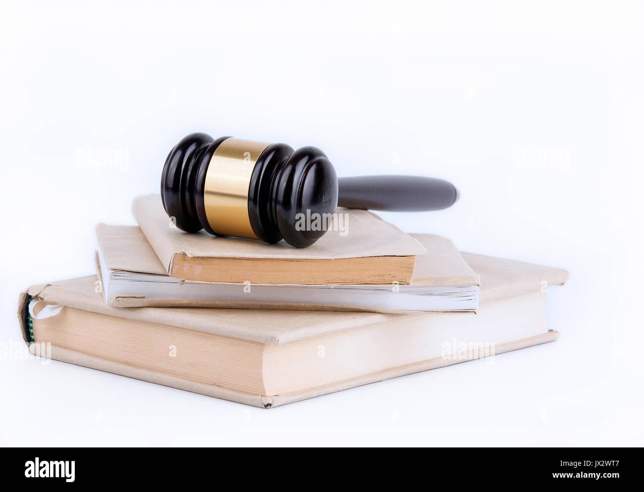 Martillo de madera y libros en segundo plano. Concepto de derecho y justicia. Foto de stock