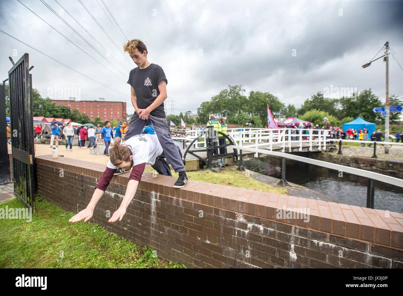 Los muchachos y hombres jóvenes haciendo parkour Imagen De Stock