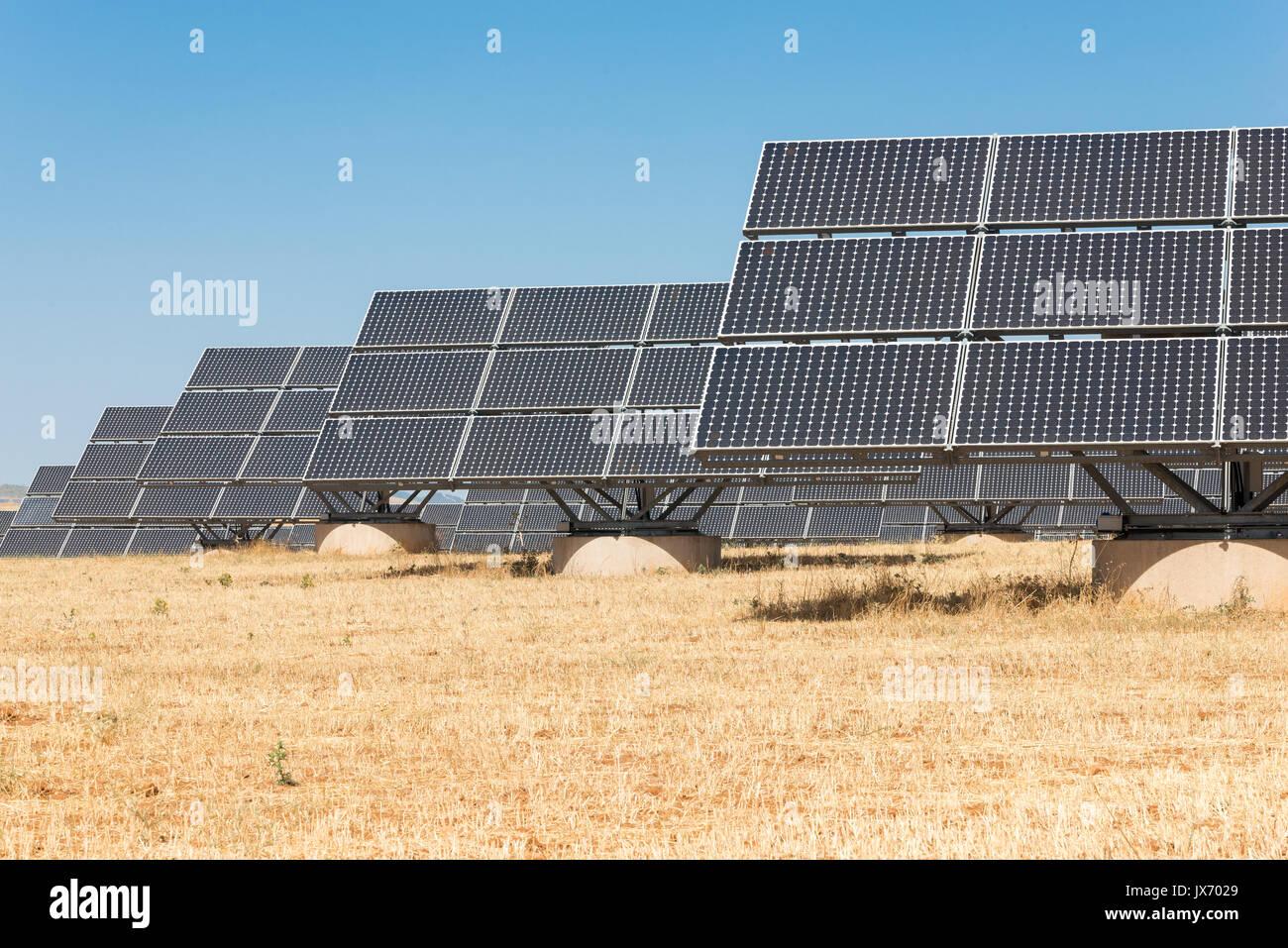Blue paneles solares para generar energía en Extremadura. Imagen De Stock