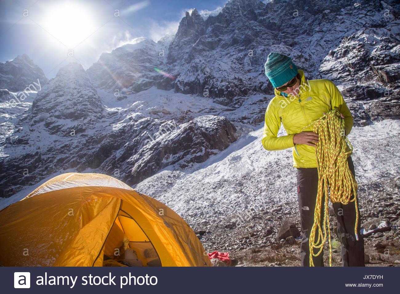 Un miembro de la expedición comprueba las cuerdas antes de emprender una expedición de montañismo. Imagen De Stock