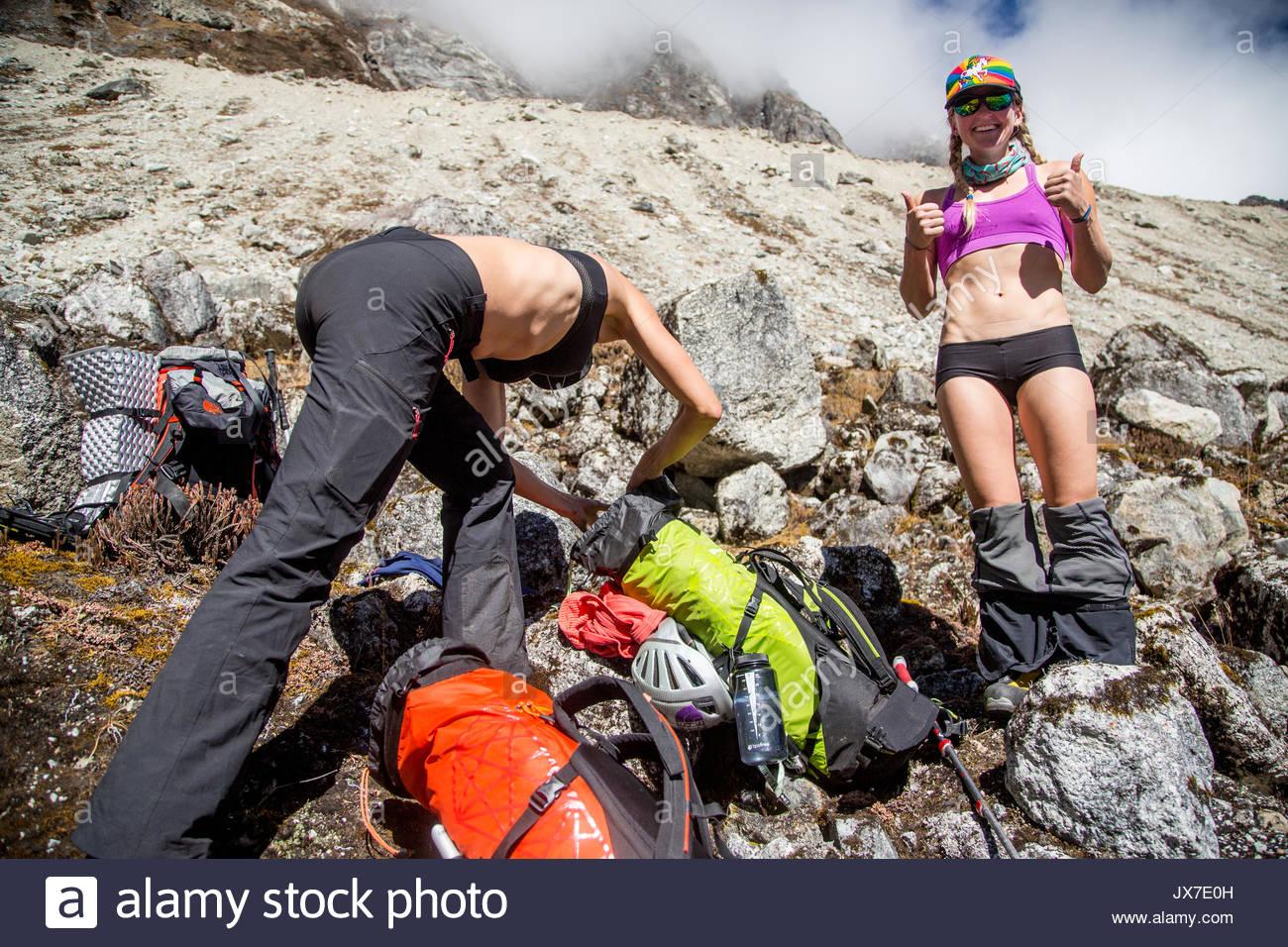 Expedicionarios cambiando sus ropas y embalaje. Imagen De Stock