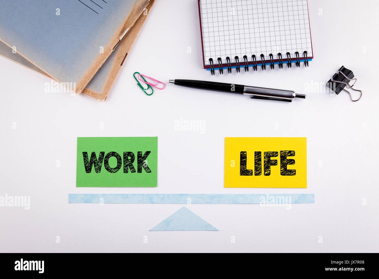 Concepto de equilibrio de la vida laboral. Escala de papel sobre una mesa blanca. Imagen De Stock
