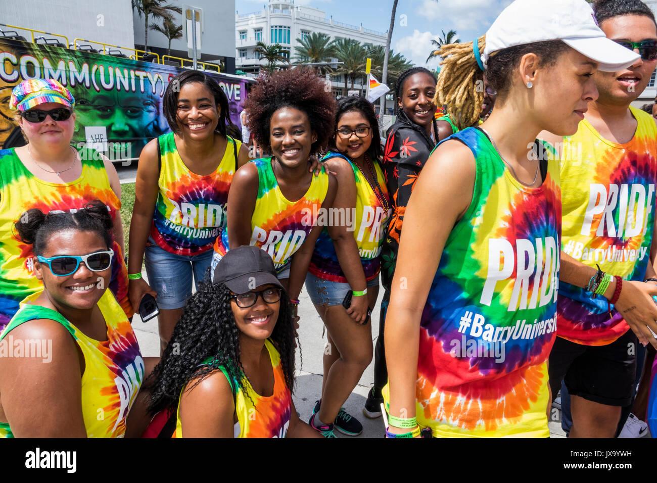 Miami Beach Florida del Lummus Park la Semana del Orgullo Gay el desfile de orgullo LGBT LGBTQ participantes área de staging, estudiante de la Universidad de Barry Imagen De Stock