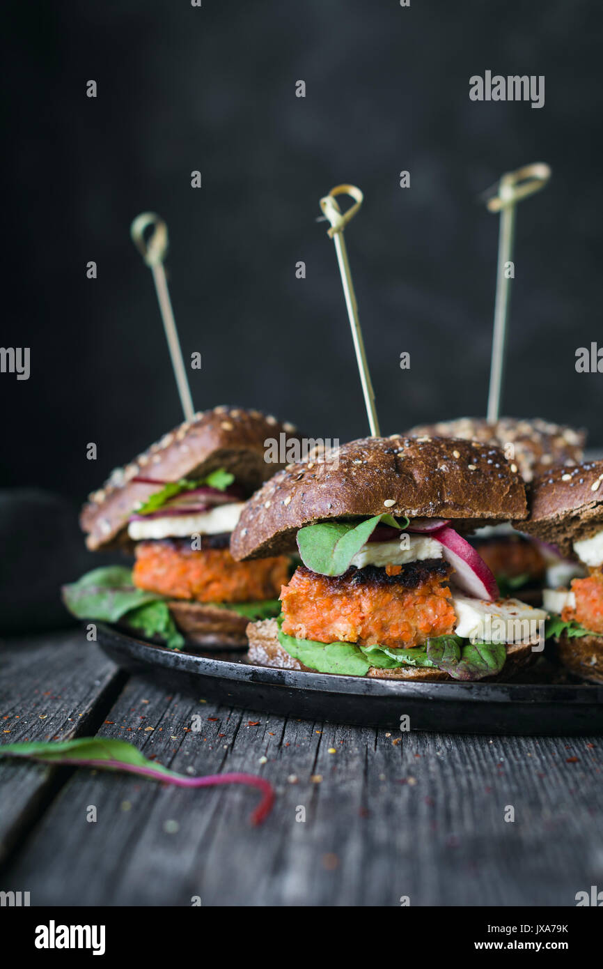 Tofu vegetariana zanahoria burger deslizadores sirve en sartén de hierro. Acercamiento de la imagen, mate Imagen De Stock