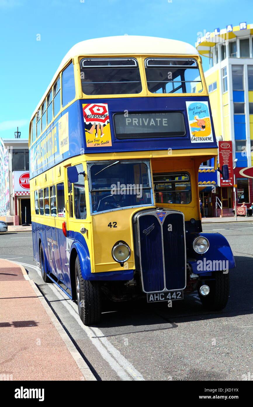 Eastbourne conserva Corporation AEC Regent doble ómnibus AHC 442 visto en una visita a Southsea. Foto de stock