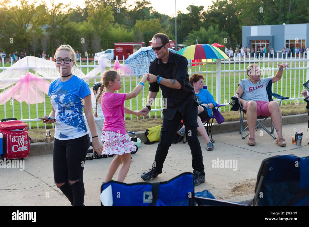 En Memphis, Tennessee, EE.UU., 15 de agosto de 2017. Semana de Elvis. Vigilia con velas. La gente paga tributo a Elvis Presley en su casa de Memphis, Graceland. La vigilia está en su 40º año. Elvis murió el 16 de agosto de 1977. Crédito: Gary Culley/Alamy Live News Foto de stock