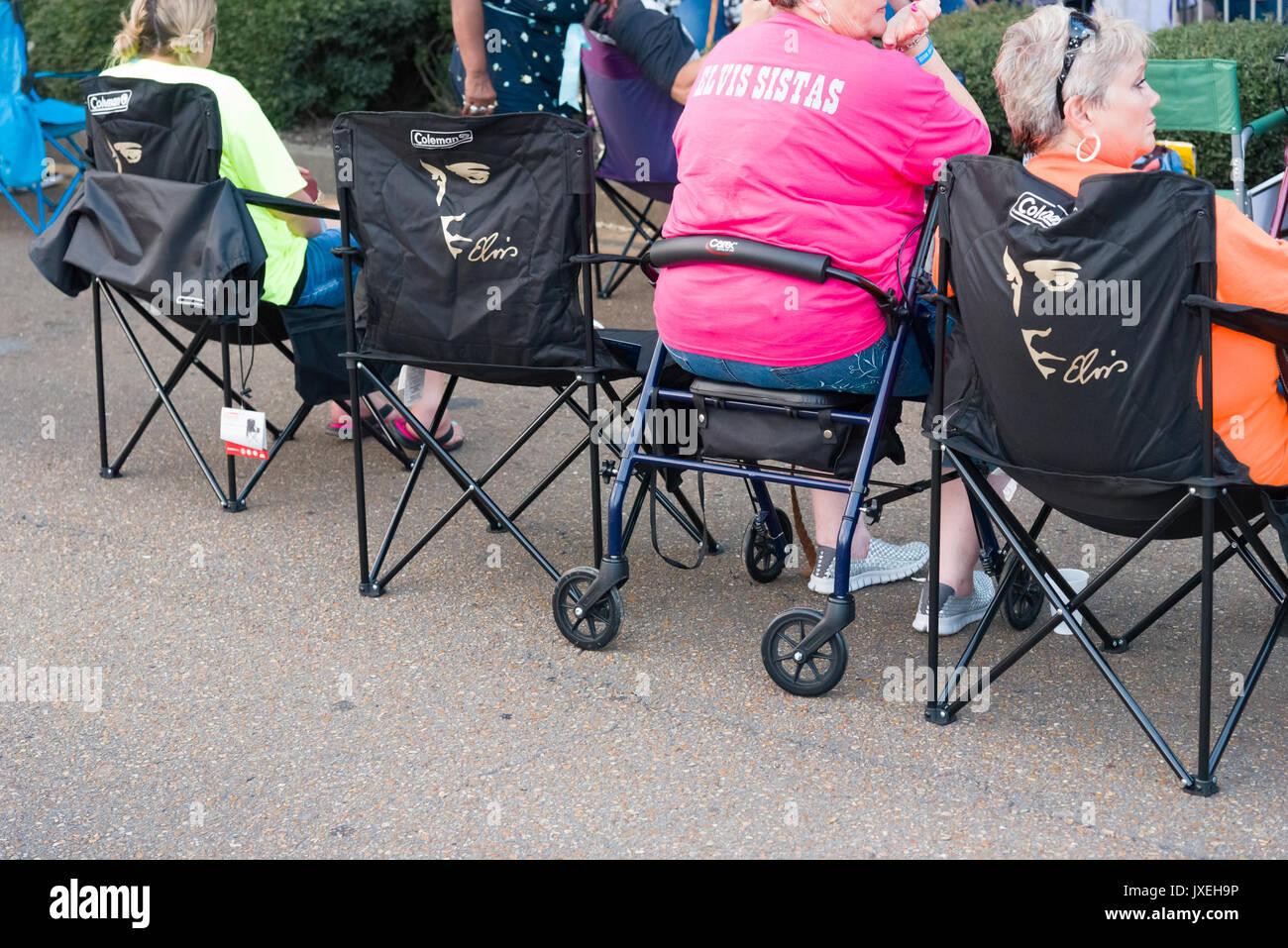 En Memphis, Tennessee, EE.UU., 15 de agosto de 2017. Semana de Elvis. Vigilia con velas. La gente paga tributo a Foto de stock