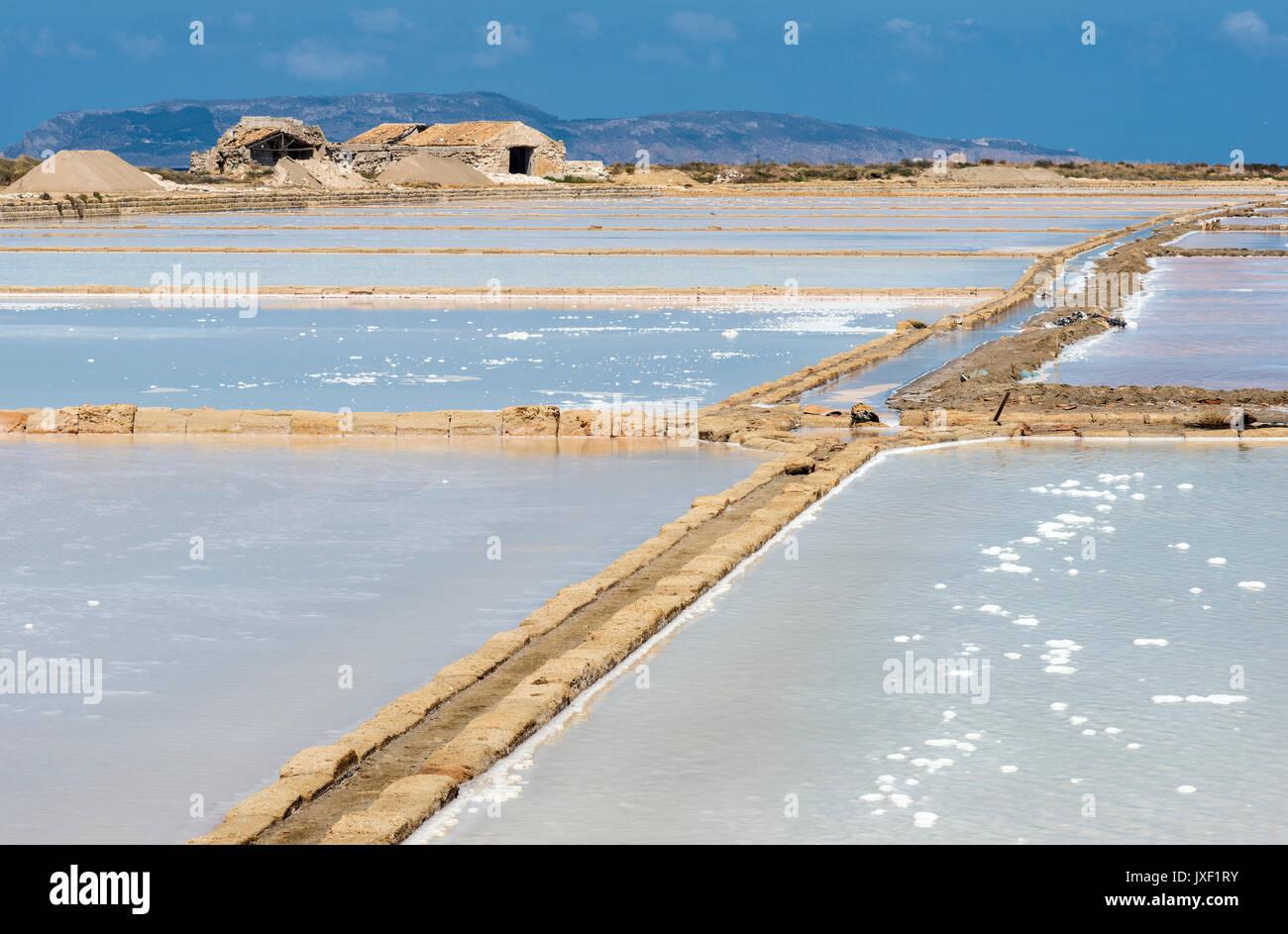 Salinas con sal producida por la evaporación del agua de mar Culcasi, al sur de Trapani, en la costa oeste de Sicilia, Italia. Imagen De Stock