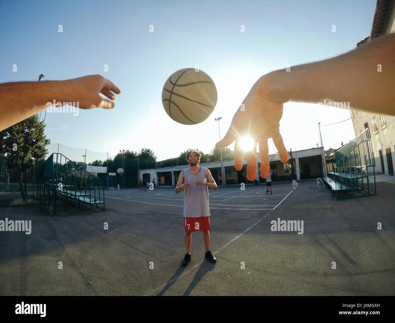 Punto de vista imagen de hombre arrojar el baloncesto en compañero de equipo Imagen De Stock