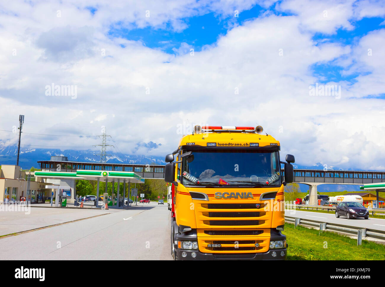 Yellow Truck With Trailer Imágenes De Stock & Yellow Truck With ...
