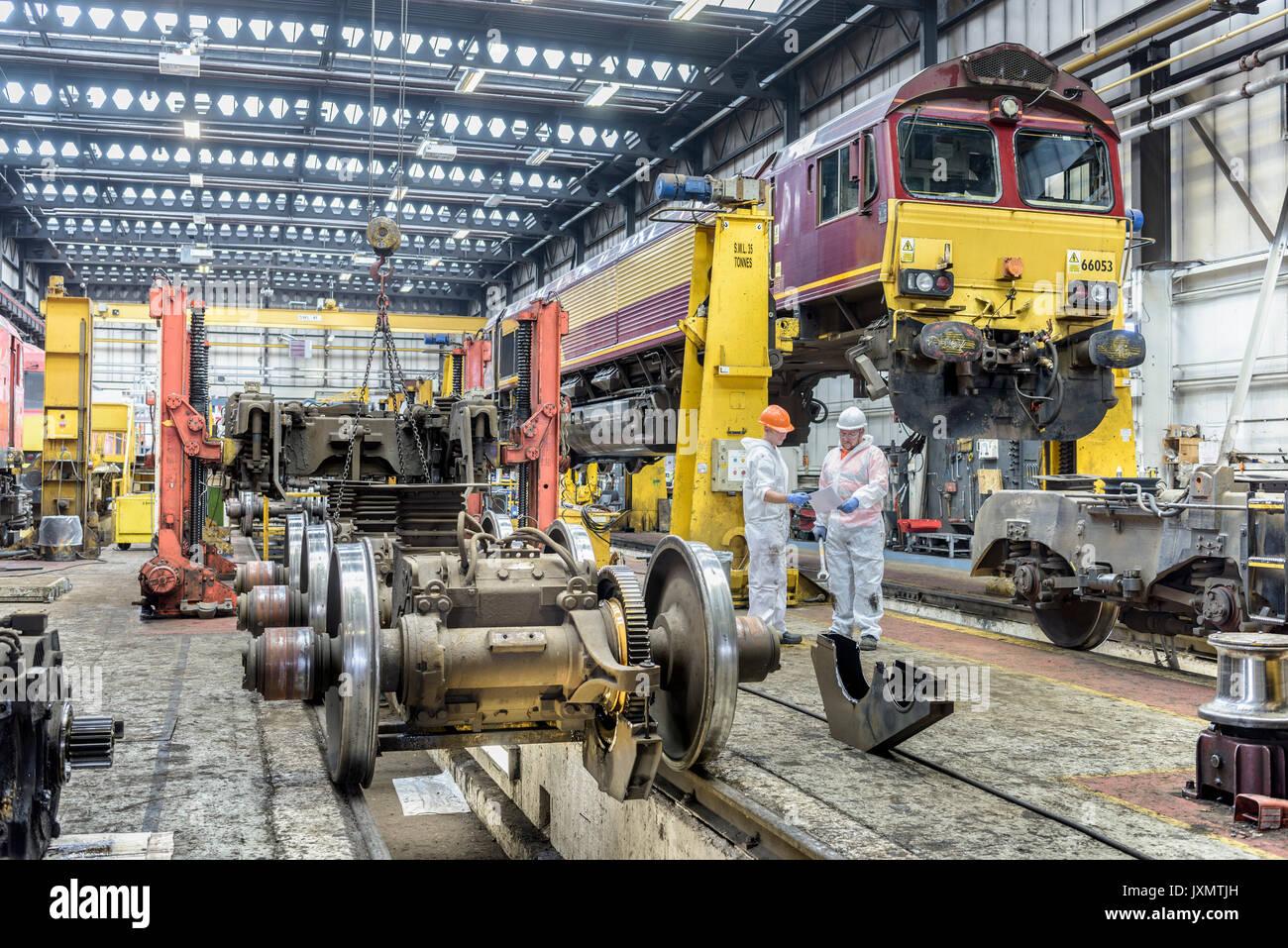 Ingenieros trabajando en Locomotora Locomotora en obras del tren Imagen De Stock