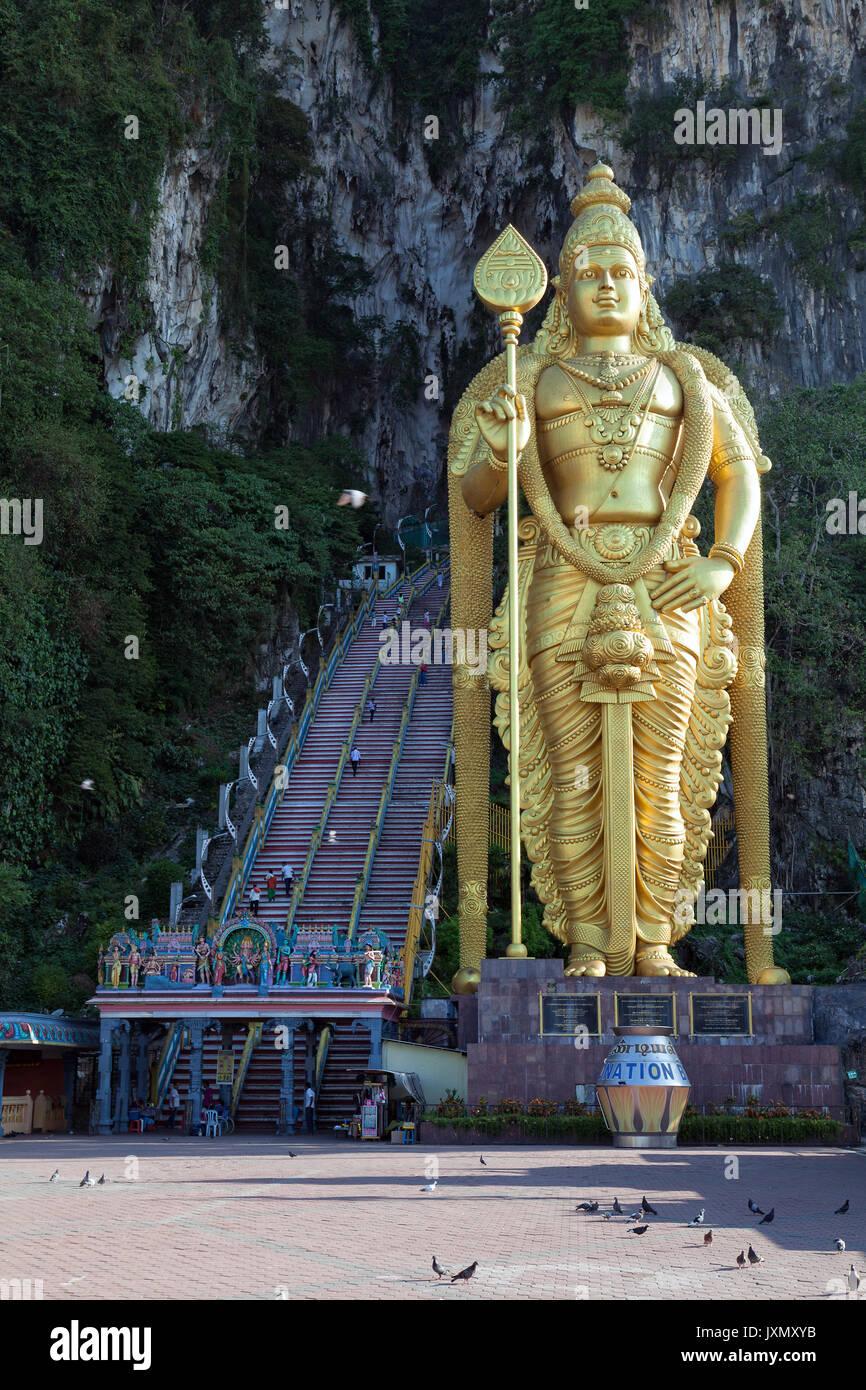 Kuala Lumpur, Malasia - 16 de febrero de 2016 : el mas alto del mundo estatua de Murugan, una deidad Hindú, situado fuera de las Cuevas Batu Imagen De Stock