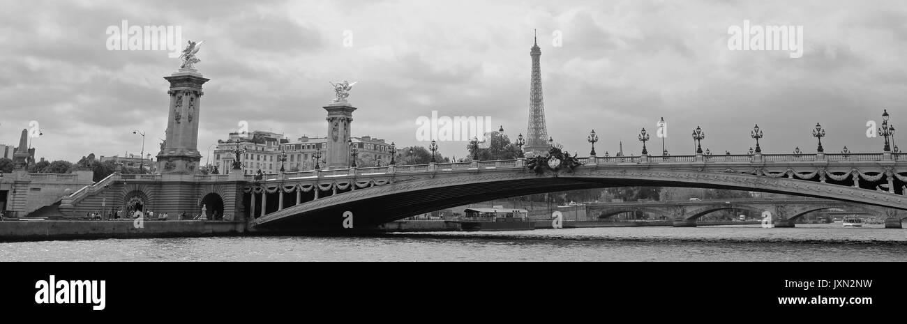 Una vista panorámica de París que muestra el Puente Alexandre III y la Torre Eiffel detrás, rodada en blanco y negro Imagen De Stock