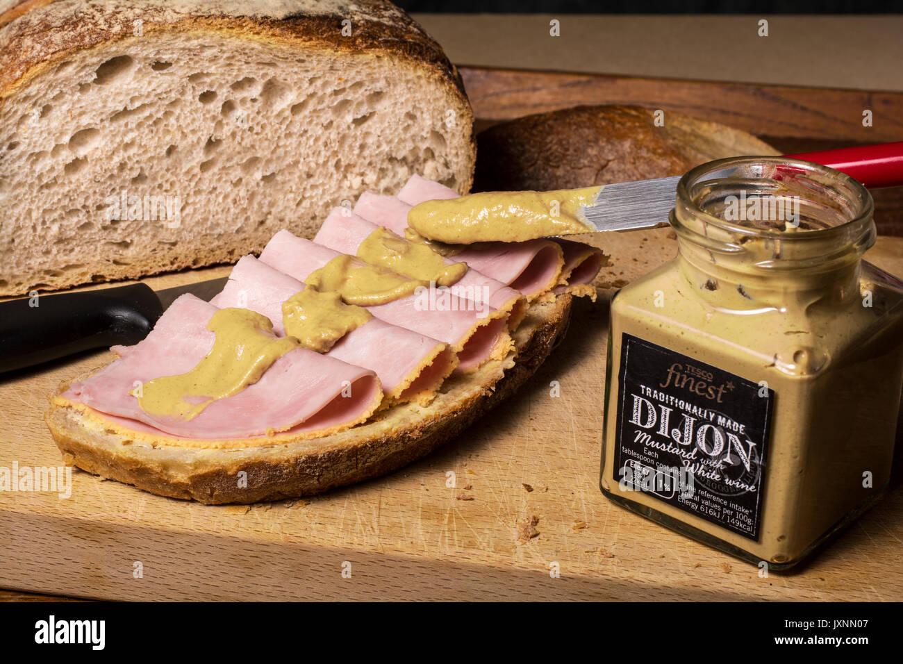 Sándwich de jamón con un montón de mostaza de Dijon Imagen De Stock