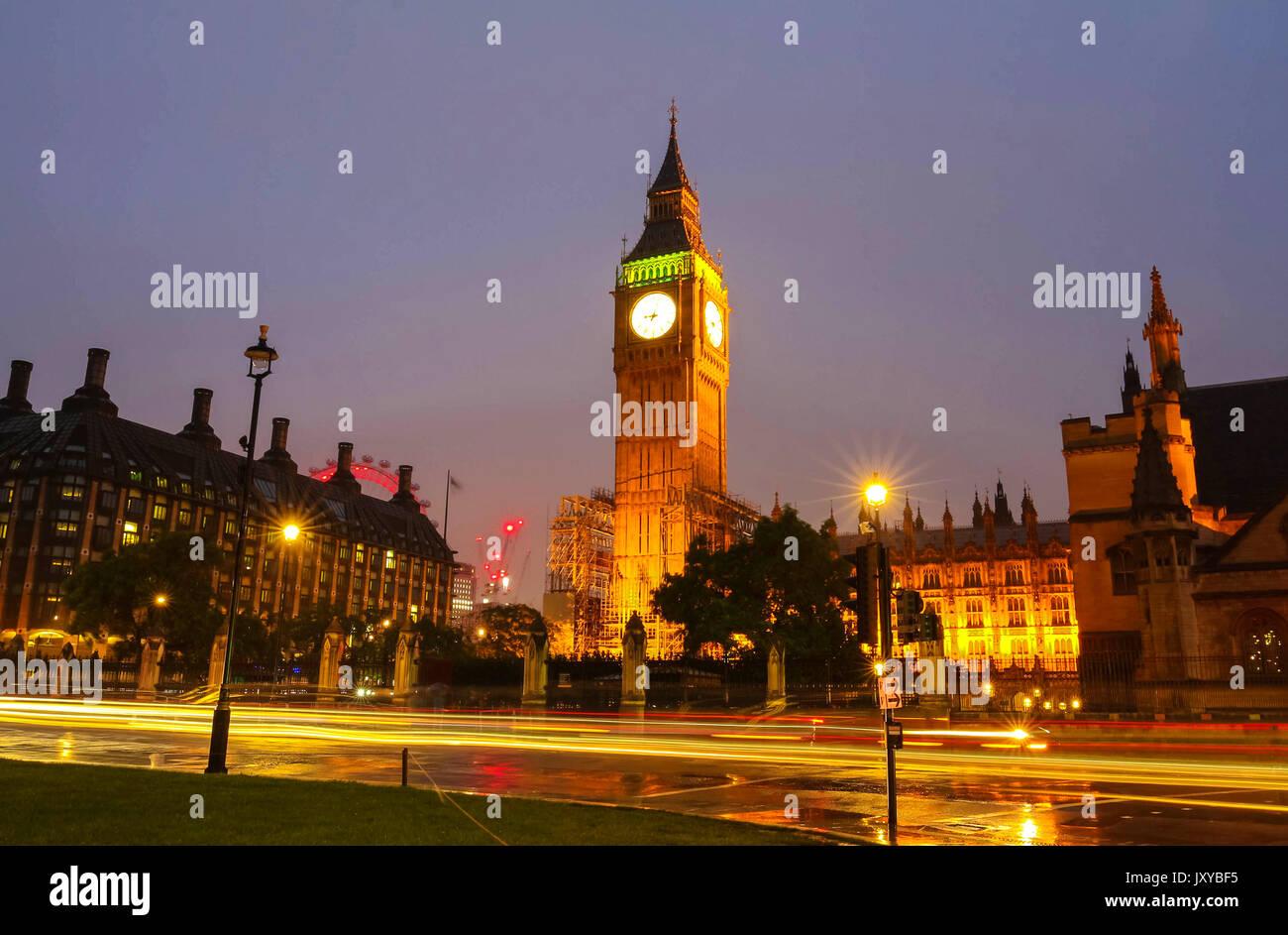 Torre del Big Ben en la noche lluviosa, Londres, Reino Unido. Imagen De Stock