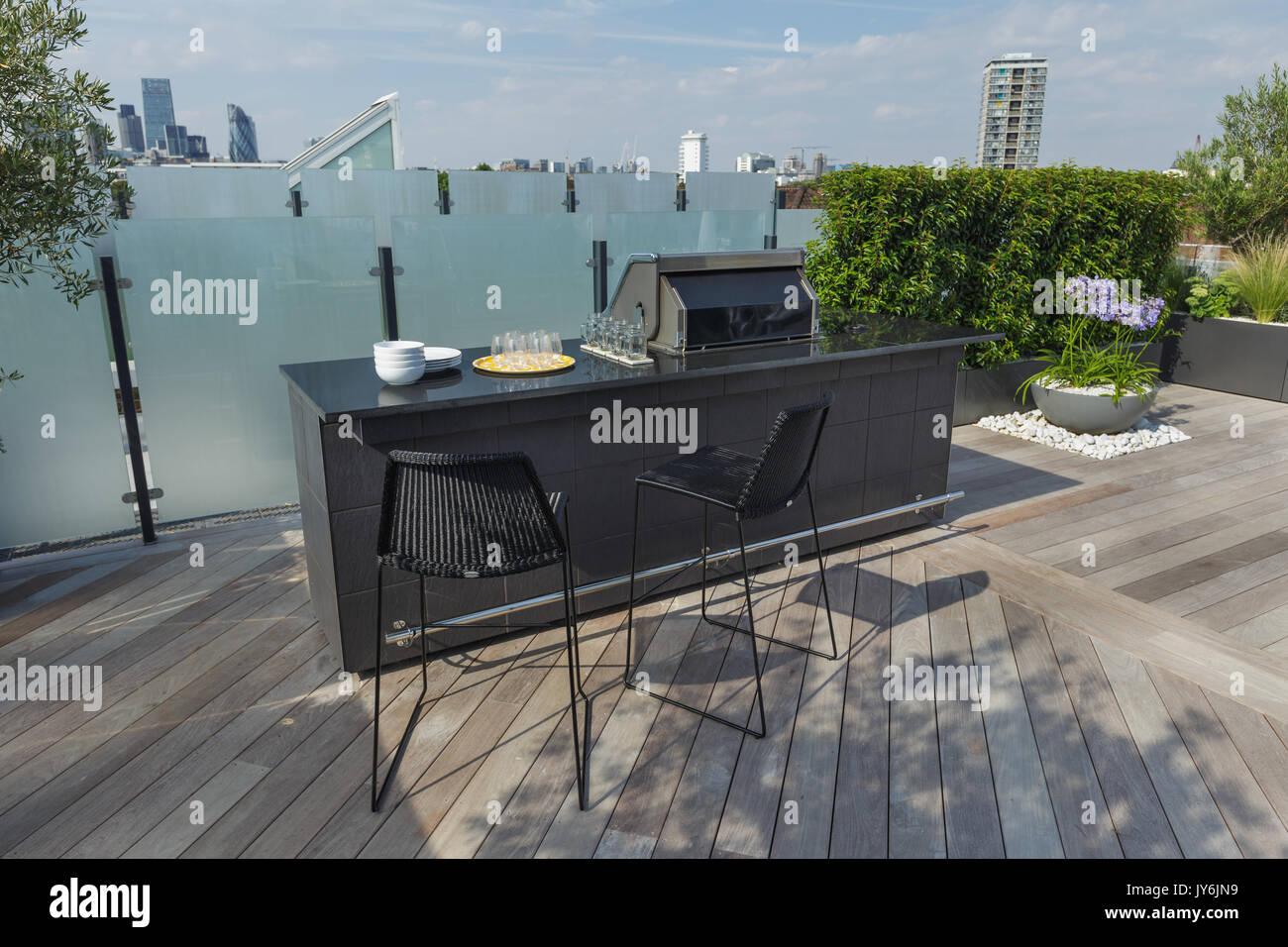 Lujoso ático con terraza en Londres con madera decking, sembradoras ...