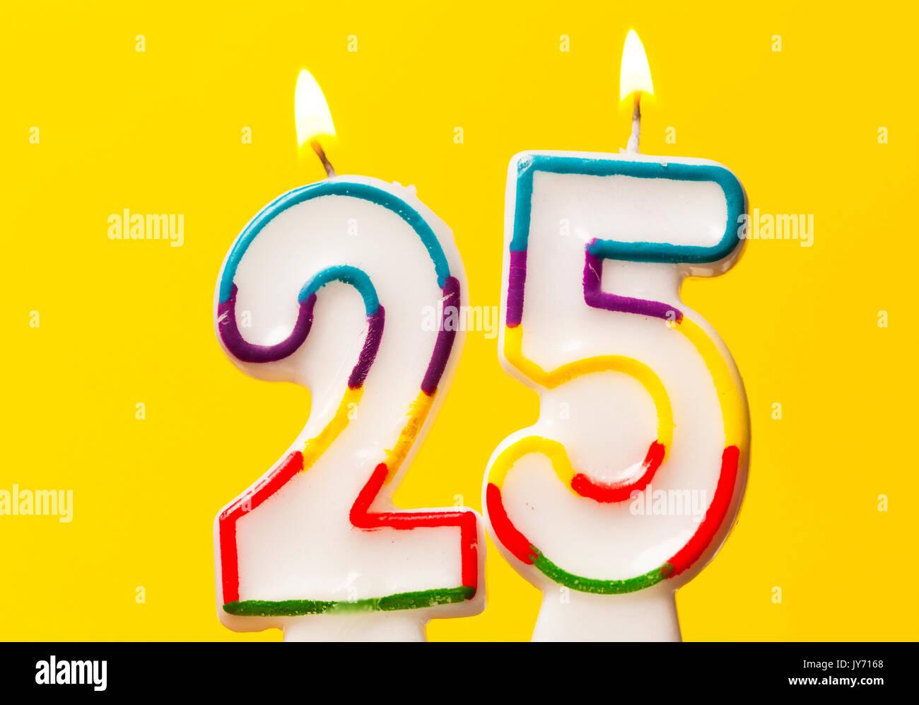 Celebracion Del Cumpleanos Numero 25 Vela Contra Un Fondo De Color