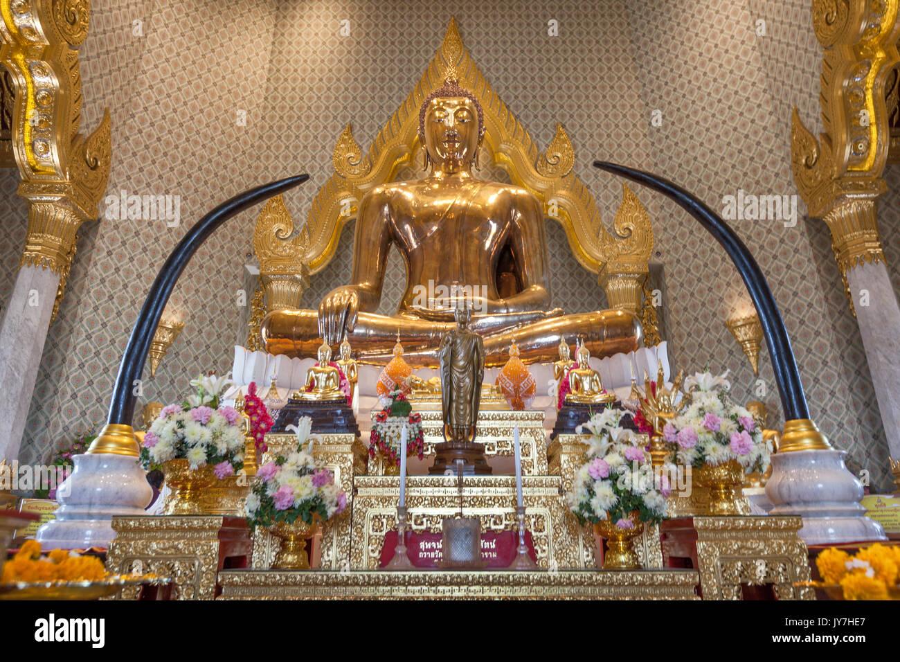 Estatua de Buda de oro puro al templo Wat Traimit en Chinatown, en Bangkok, Tailandia Imagen De Stock