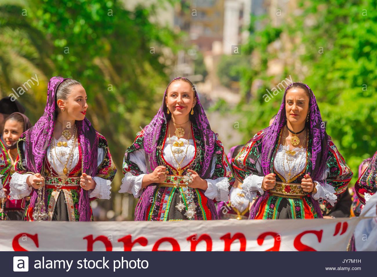Cerdeña festival, retrato de tres mujeres vestidas con el traje tradicional durante el gran desfile de la Cavalcata Sarda festival en Sassari, Cerdeña Imagen De Stock