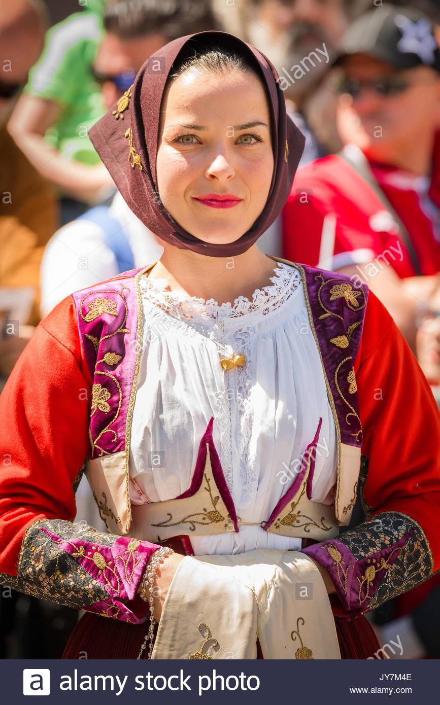Cavalcata Sassari, retrato de mujer vestida con traje tradicional durante el gran desfile de la Cavalcata festival en Sassari, Cerdeña. Imagen De Stock