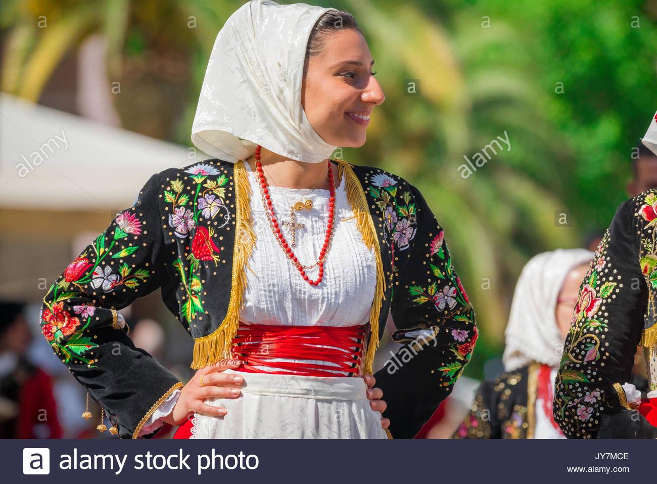 Traje tradicional de Cerdeña, retrato de una mujer joven que participan en el gran desfile de la Cavalcata festival en Sassari, Cerdeña. Imagen De Stock