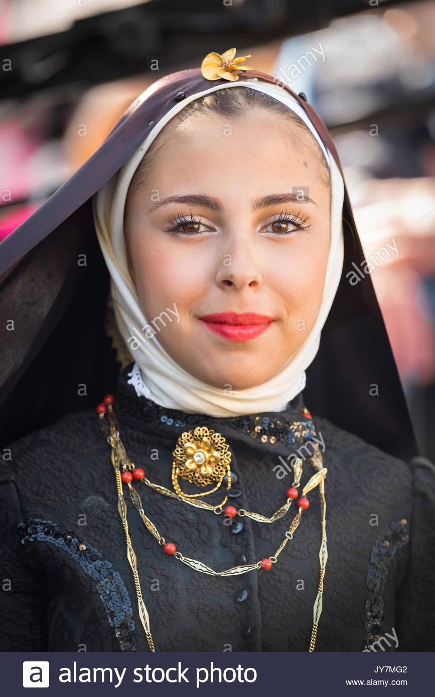 Traje tradicional de Cerdeña, retrato de una joven mujer que participan en la gran procesión de La Cavalcata festival en Sassari, Cerdeña. Imagen De Stock