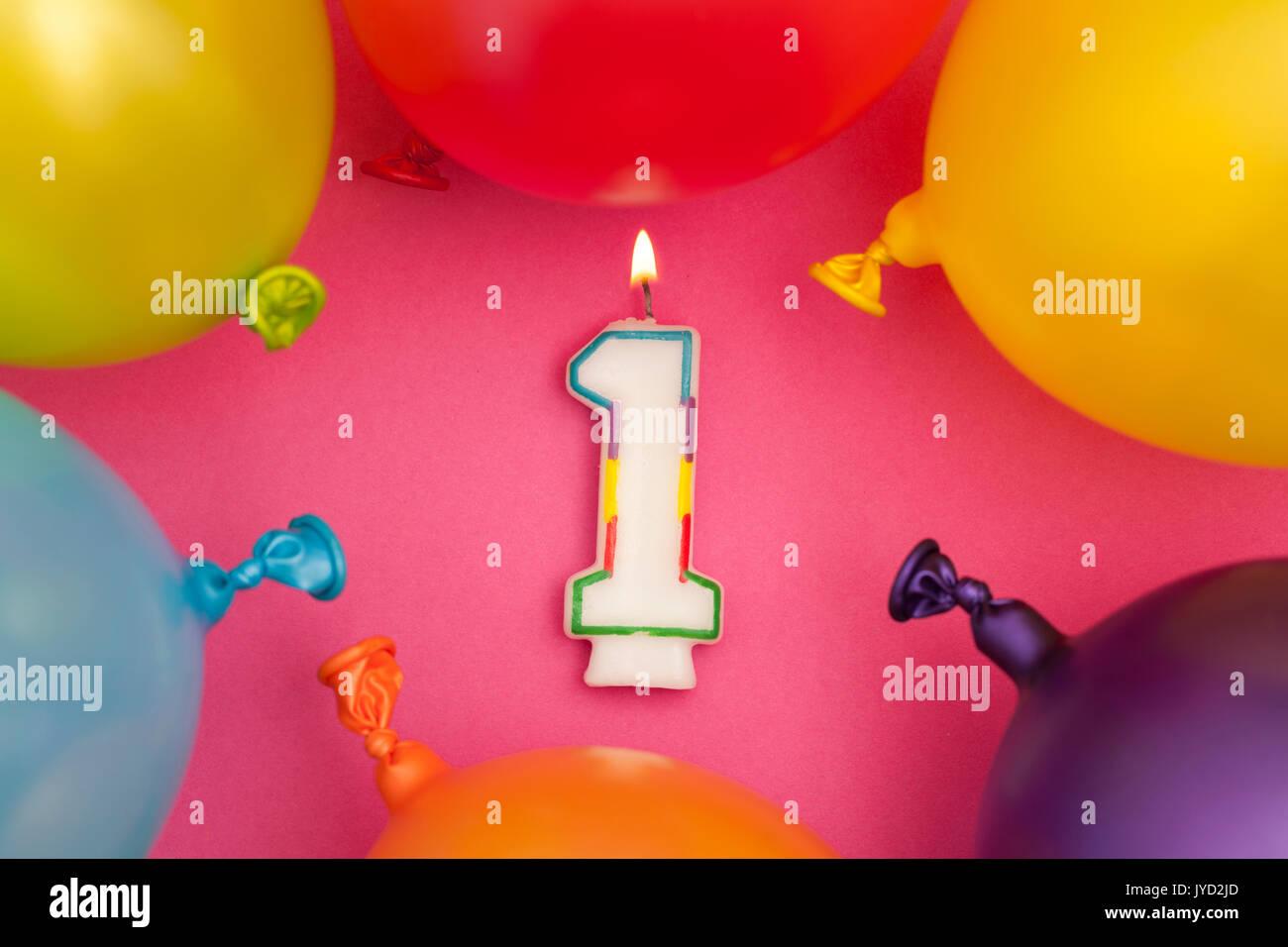 Feliz cumpleaños número 1 velas de celebración con coloridos globos Imagen De Stock