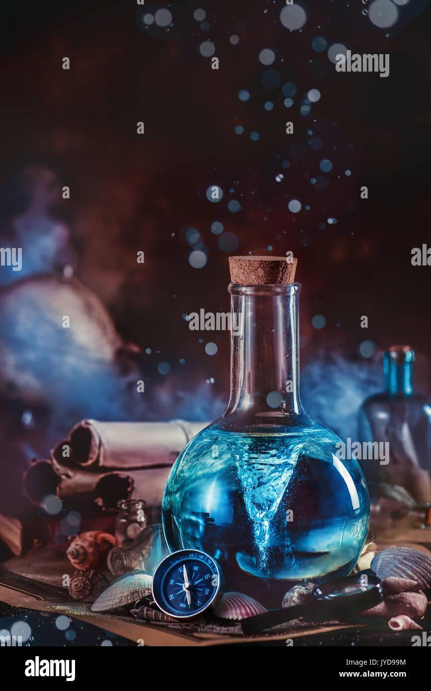 Escena marina con un tornado sellada en un frasco de laboratorio, brújula, conchas y gotas de agua. El capitán workplace. Imagen De Stock