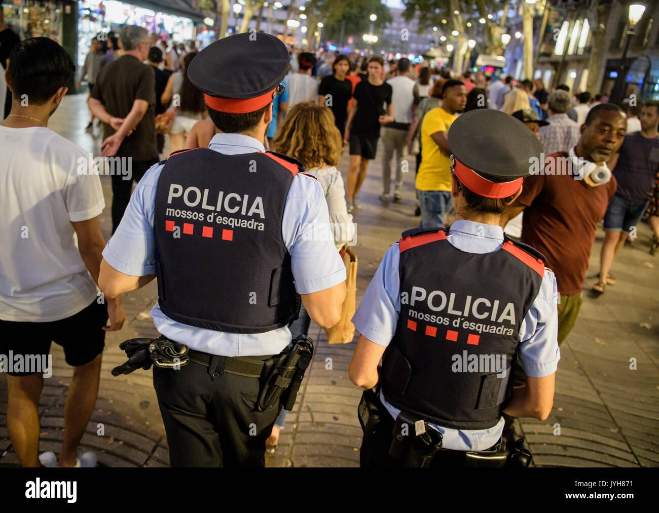 Barcelona, España. 19 Aug, 2017. La policía patrulla las Ramblas en Barcelona, España, 19 de agosto de 2017. Varias personas murieron y otros resultaron heridos en un ataque terrorista en la popular calle de Las Ramblas en Barcelona el 17 de agosto de 2017. Foto: Matthias Baulk/dpa/Alamy Live News Foto de stock