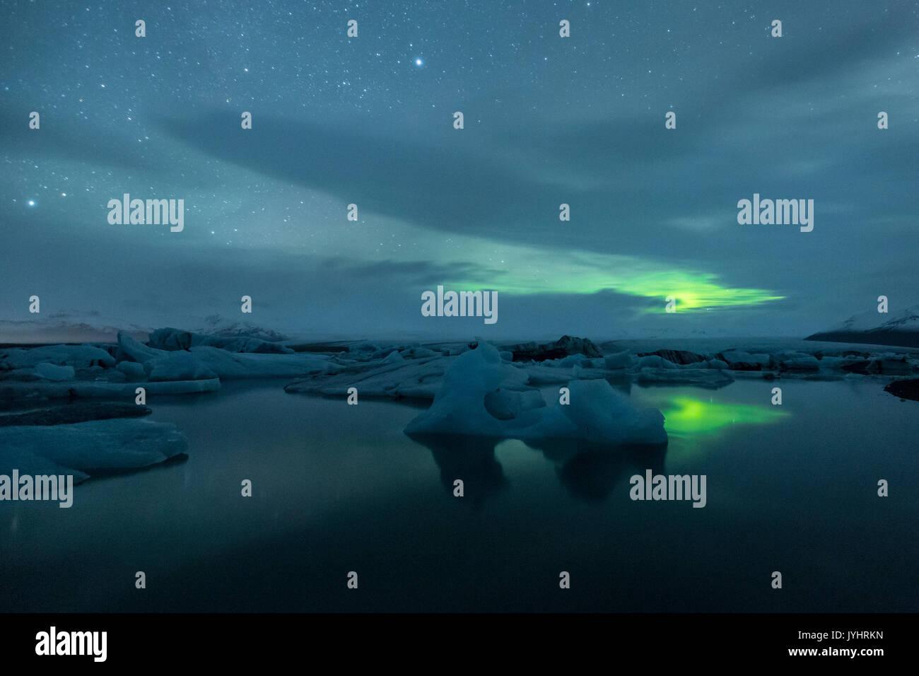 Northern Lights en el cielo a la Laguna glaciar Jokulsarlon, Islandia, Europa oriental Foto de stock