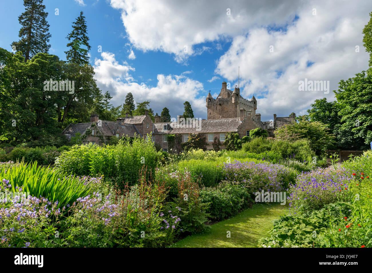 Cawdor Castle, desde el jardín de flores, Cawdor, Nairn, Highland, Scotland, Reino Unido Foto de stock
