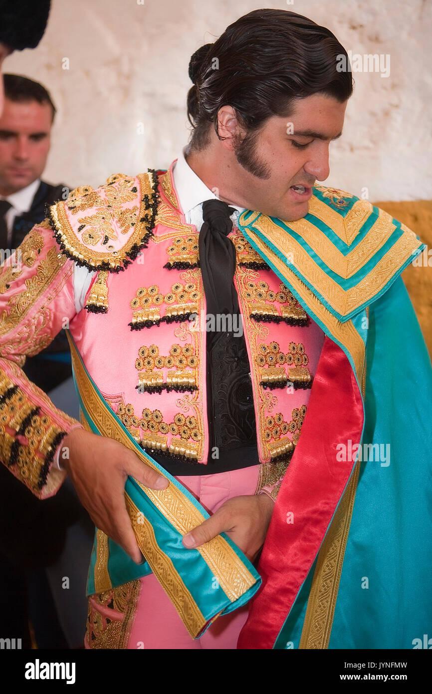 Una foto de Morante cada día - Página 7 El-torero-espanol-morante-de-la-puebla-vestirse-para-el-paseillo-o-desfile-inicial-tomada-en-andujar-plaza-de-toros-antes-de-una-corrida-de-toros-andujar-jynfmw